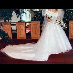 Beautiful wedding gown size 4